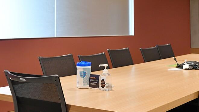 アマゾンジャパンのオフィスの会議室。手指消毒液が置かれている