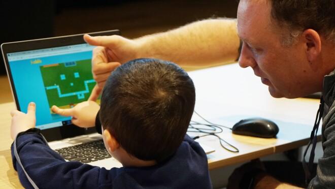 親子で学ぶプログラミングの楽しさ「Hour of Code」