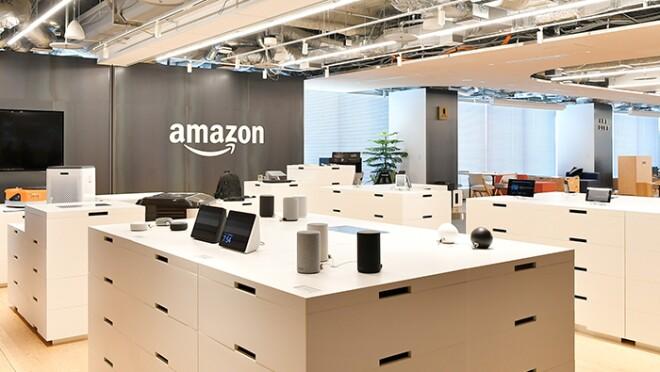 台の上に置かれたさまざまな製品の奥にAmazonのロゴが見える