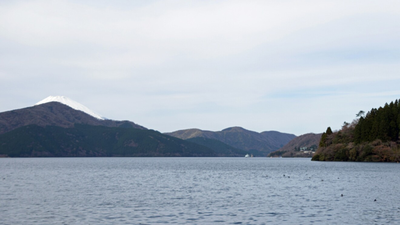 芦ノ湖の向こうに富士山