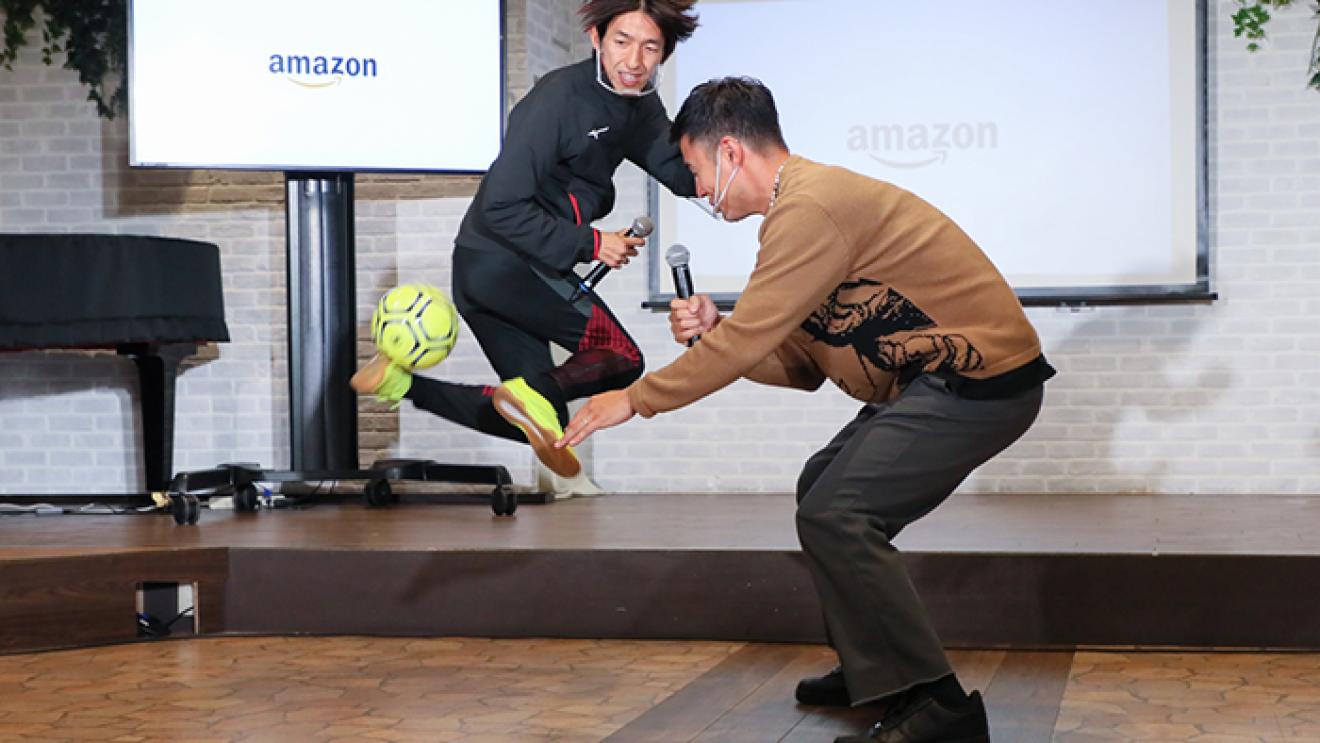ホリデーシーズンに笑顔を届ける、AmazonのDelivering Smiles ユージさん、岡部将和さんと共に、キッズドアの子どもたちにプレゼント