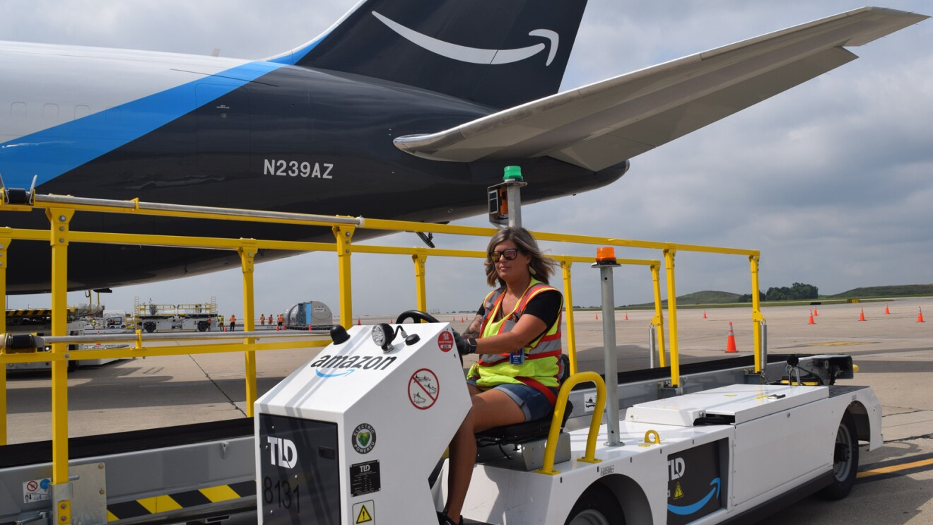 An image of a Kentucky Air hub employee working with the equipment in the loading zone.